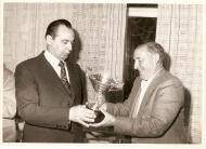 Entrega do trofeo polo director de El Correo Gallego ao presidente Manuel Paz